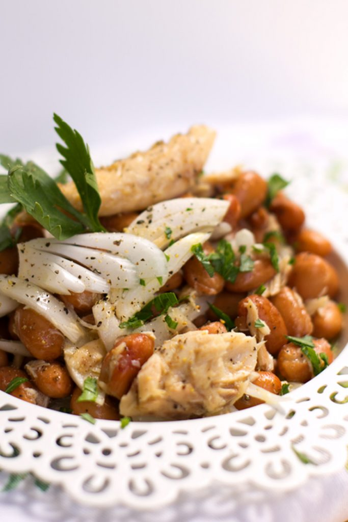 Beans mackerel onion salad - a cheap and quick Italian classic